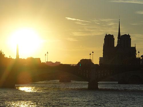 Im Sonnenuntergang zeichnet sich an der Seine die Silhouette von Notre Dame ab. (Foto: spe)