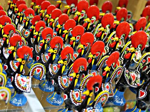 Wappentier mit Herz: Der Galo de Barcelós ist in Portugal allgegenwärtig. (Foto: spe)