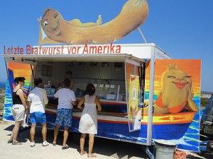 Die letzte Bratwurst vor Amerika kommt aus Thüringen, schmeckt überraschend gut und kostet 3,50 Euro. (Foto: Sören Peters)