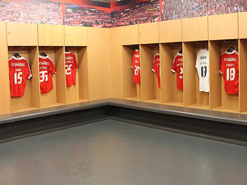 Blick hinter die Kulissen: Bei Stadiontouren können Besucher die Kabinen besichtigen. In diesem Falle jedoch nur die der Gäste, die für die Fans mit dem Trikots der Benfica-Spieler dekoriert ist. (Foto: spe)