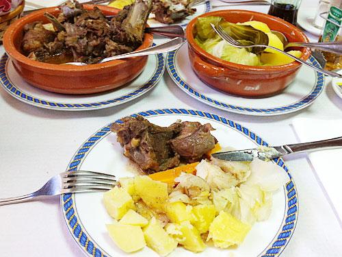 """Reichlich Fleisch und viel Gemüse: Essen im """"Grelhados da Serra"""" in Sabugueiro. (Foto: spe)"""