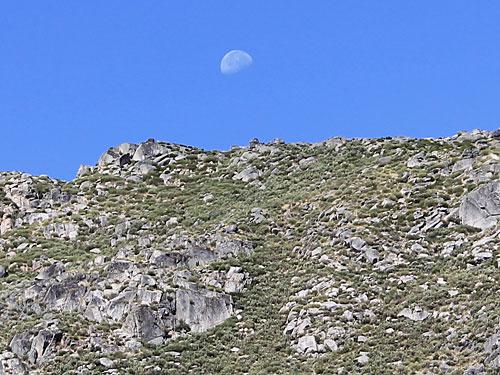 Der Mond über den schroffen Bergen der Serra da Estrela. (Foto: spe)