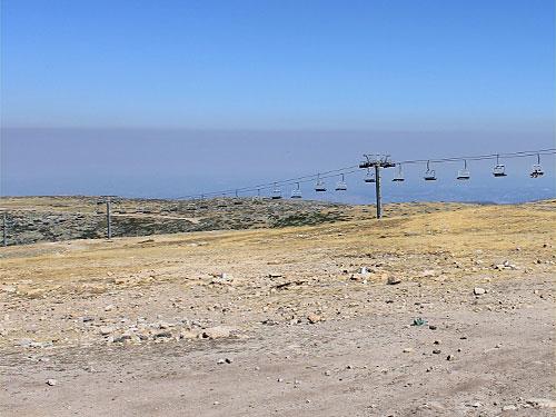 Fünf Euro kostet die Fahrt mit dem Sessellift. Gut zu sehen: Die Rauchschwaden der Waldbrände. Das Foto entstand am 26. August 2013. (Foto: spe)