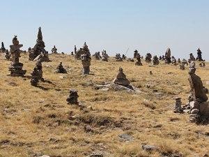 Zu Skulpturen aufgetürmte Steine hinter dem Besucherzentrum. (Foto: spe)