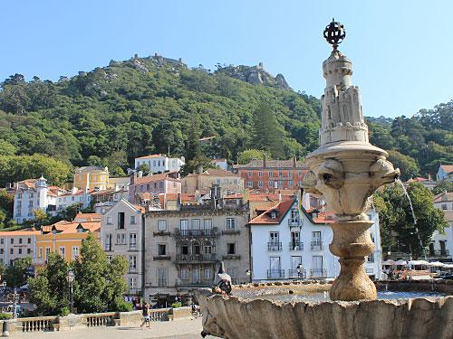Beliebtes Ausflugsziel ab Lissabon: Sintra. Die Kulturlandschaft gehört seit 1995 zum Weltkulturerbe. Über der Stadt thront das Castelo dos Mouros. (Foto: spe)