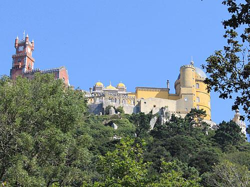 Palácio Nacional da Pena in, bzw. über Sintra. (Foto: spe)