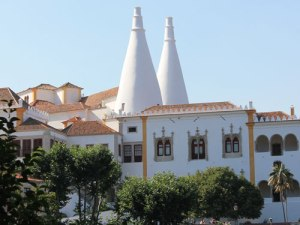 Der Paácio Nacional in Sintra mit seinen charakteristischen Spitzkaminen. (Foto: spe)