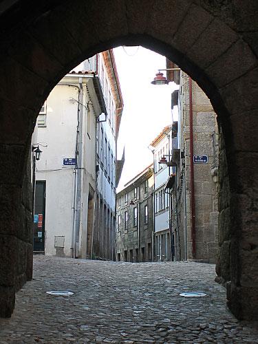 Blick durch ein Stadttor in die Gassen der Altstadt. (Foto: spe)