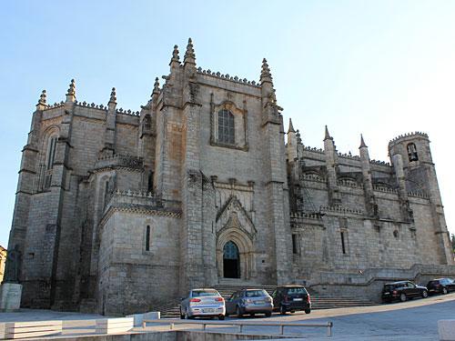 Die Kathedrale im Herzen des Stadtkerns. Obwohl der Bau schon 1374 begann, wurde Sie erst 1550 von Jean de Rouen fertigggestellt. (Foto: spe)