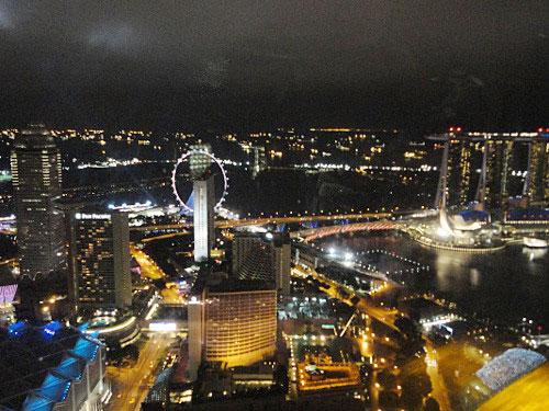 Das nächtlich erleuchtete Singapur: Links der Singapore Flyer, rechts das Marina Bay Sands. Auch wenn nicht gerade Rennwagen durch die Straßen donnern, vibriert die Löwenstadt nach Einbruch der Dunkelheit. (Foto: Sören Peters)