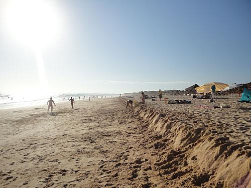 Die Gezeiten haben an der Praia da Baixa Rochinha diese Abbruchkante hinterlassen. (Foto: Sören Peters)