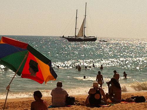 Segelboot vor Albufeira. (Handyfoto: Sören Peters)