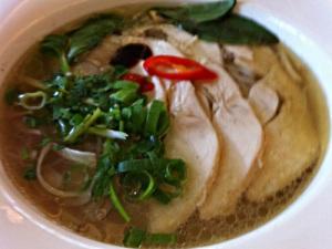 Eine Schale Pho Bo (Rind) oder Ga (Huhn) gehört zu einem perfekten Tag in Saigon einfach dazu. (Foto: Sören Peters)