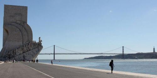 Von dort aus kann man prima am Fluss entlang spazieren bis zum Entdeckerdenkmal. Im Hintergrund: DIe Brücke des 25. April und Cristo Rei. (Foto: Sören Peters)