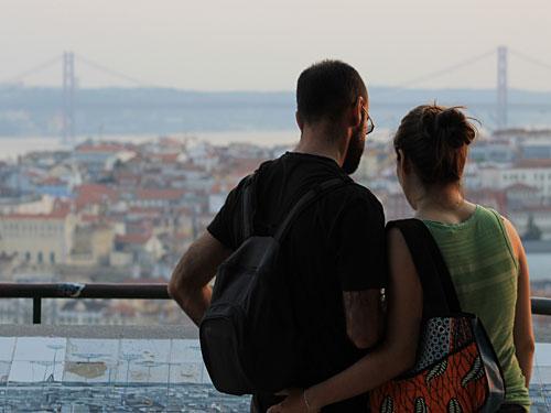Ein Touristen-Pärchen betrachtet die Sehenswürdigkeiten Lissabons. (Foto: sören Peters)