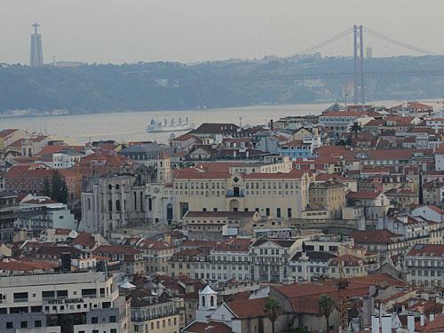 Ein im besten Wortsinn goldener Blick vom Miradoura da Nossa Senhora do Monte auf den Cristo Rei, die Brücke des 25. Abril und den Tejo. (Foto: Sören Peters)