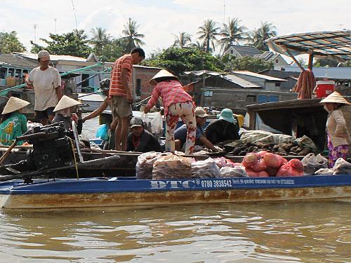 Auf dem schwimmenden Markt in Cai Be wechseln tropische Früchte säckeweise den Besitzer. Schon früh am Morgen ist das knattern der Bootsmotoren nicht zu überhören. (Foto: Sören Peters)