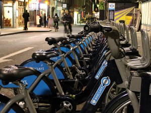 """Die Londoner Leihräder, umgangssprachlich auch """"Boris Bikes"""" genannt. Hier eine Dockingstation an der Brick Lane. (Foto: Sören Peters)"""