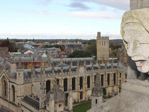 Allgegenwärtig in Oxford sind die Gargoyles, Wesen aus der Unterwelt, die verschmitzt oder erschaudernd von den Gebäudefassaden blicken, hier am Kirchturm von St. Mary the Virgin. (Foto: Sören Peters)
