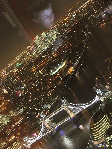 """Anders als auf anderen Aussichtsplattformen ist gibt es beim View from The Shard keinen """"Fotoschlitz"""". Die Spiegelungen wirken teilweise etwas unheimlich. (Foto: Sören Peters)"""
