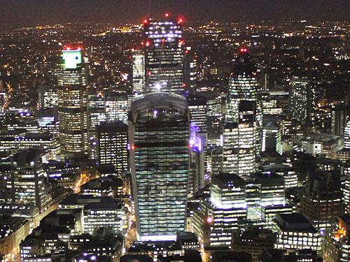 """Der Tower 42 (links) und The Gherkin (rechts) waren lange die einzigen Wolkenkratzer in der City of London, inzwischen werden sie von den noch im Bau befindlichen """"Käsereibe"""" (Mitte hinten) und """"Walkie Talkie"""" (Mitte vorne) in den Schatten gestellt. (Foto: Sören Peters)"""