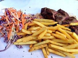 Steak mit Pommes und Salat - auch das Preis-Leistungsverhältnis stimmt. (Foto: Sören Peters)
