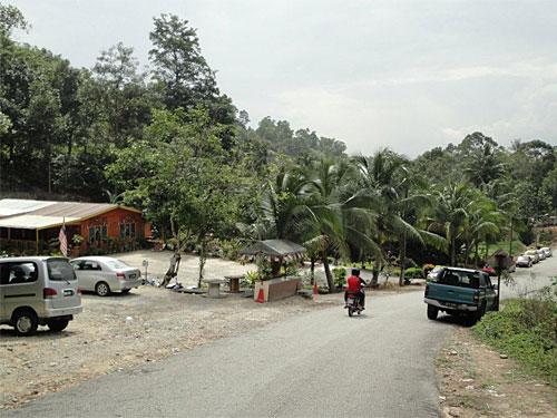Die Zufahrt zum Gunung Pulai Recreational Forest führt durch eine kleine Siedlung. (Foto: Sören Peters)