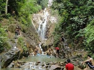 Kontrast zur großen Stadt: Der Weg zum Wasserfall im Gunung Pulai Recreational Forest ist nicht gerade anstrengend. Doch durch die hohe Luftfeuchtigkeit ist ein Bad im Naturpool eine schöne Erfrischung. (Foto: Sören Peters)