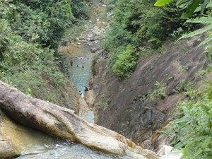 Eine Treppe führt zum Wasserfall hinauf. (Foto: Sören Peters)
