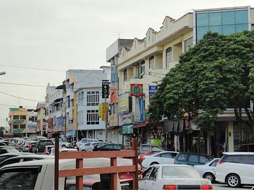 Verkehr in Pekan Nanas. Der Ort ist recht übersichtlich, zudem kann man hier günstig essen. (Foto: Sören Peters)