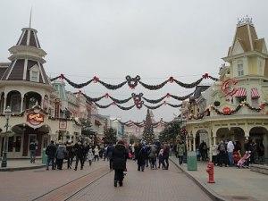 """Die """"Hauptstraße"""" von Disneyland. Links und rechts steht Shopping im Mittelpunkt. (Foto: sören Peters)"""