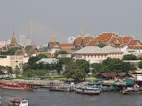 Ausblick vom Wat Arun über den Fluss hinweg auf Bangkok. Zu sehen sind der Königspalast und die Rama-VIII.-Brücke. (Foto: Sören Peters)