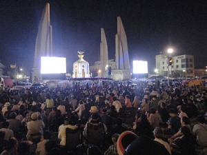 Demonstranten haben sich am Demokratiedenkmal in Bangkok versammelt. Auf Großbild-Leinwänden verfolgen sie Nachrichten und Ansprachen von Oppositionsführer Suthep Thaungsuban. (Foto: Sören Peters)