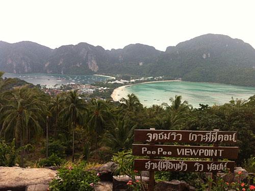 Eines der bekanntesten Postkartenmotive Thailands: Der Blick vom Viewpoint auf Koh Phi Phi. (Foto: Sören Peters)