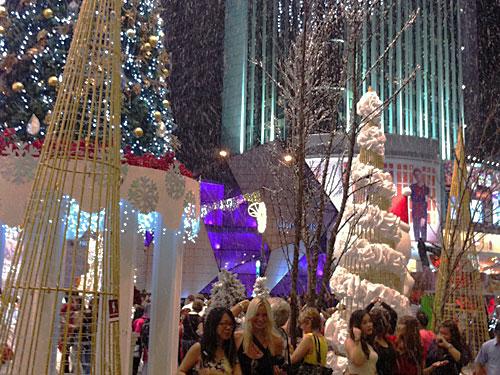 Leichter Schneefall bei 32 Grad: In der Weihnachtszeit greifen die Betreiber des Einkaufszentrums Pavilion tief in die Trickkiste. (Foto: Sören Peters)