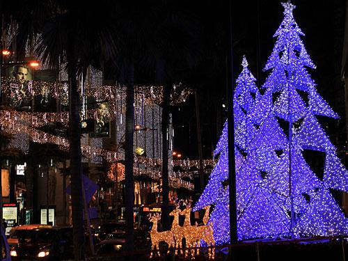 Weihnachtsbäume und Rentiere an der Bukit Bintang. (Foto: Sören Peters)