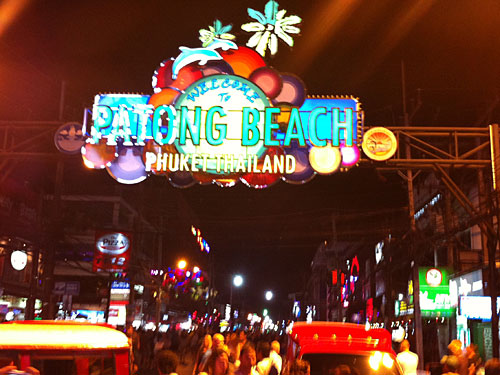 Nightlife am Patong Beach. (Handyfoto: Sören Peters)