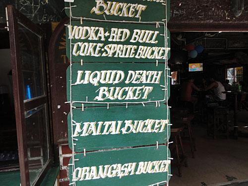 Der Tagesabschluss erfolgt dann in einer der Bars mit einem Eimer. (Foto: Sören Peters)