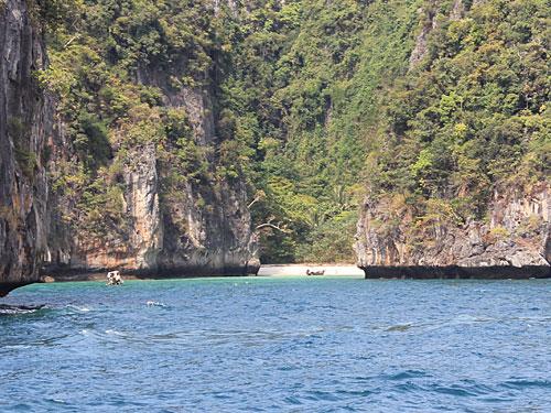 Der Rückweg nach Koh Phi Phi Donn führt dann vorbei an kleinen Buchten... (Foto: Sören Peters)
