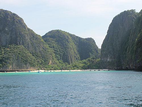 """Ziel ist die Maya Bay, die sich zwischen hoch aufragenden Kalksteinfelsen """"versteckt"""". Ein Geheimtipp ist die Bucht aber spätestens seit dem Dreh von """"The Beach"""" (1998) nicht mehr. (Foto: Sören Peters)"""