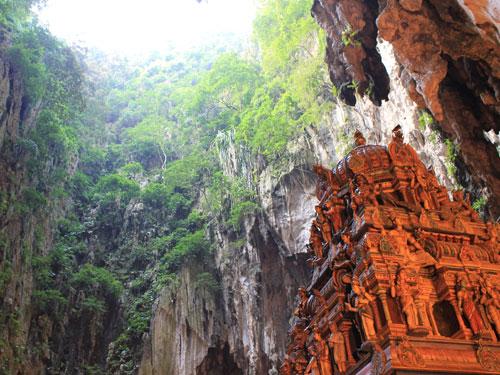 Mitten in einer Höhle befindet sich dieser Hindutempel. (Foto: Sören Peters)
