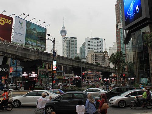 Zurück in der Innenstadt gibt es das volle Kontrastprogramm: Verkehr an der Haupteinkaufsstraße Bukit Bintang. (Foto: Sören Peters)