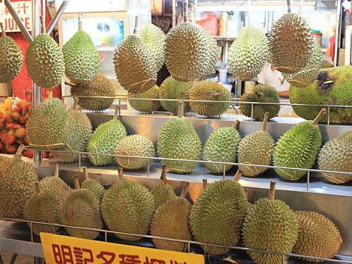 """Mutprobe für westliche Gaumen: Die Durian gilt in Südostasien als Delikatesse, hier heißt sie despektierlich """"Stinkefrucht"""". (Foto: Sören Peters)"""