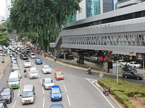 Praktisch für Fußgänger: Der überdachte und klimatisierte Walkway führt über die viel befahrenen Straßen hinweg. (Foto: Sören Peters)