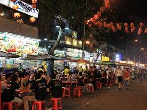 Legt sich die Dunkelheit über die geschäftige Stadt, kommen die Menschen allmählich zur Ruhe, vor allem beim Essen. An der Jalan Alor ist die kulturelle Vielfalt zu fühlen und zu schmecken. (Foto: Sören Peters)