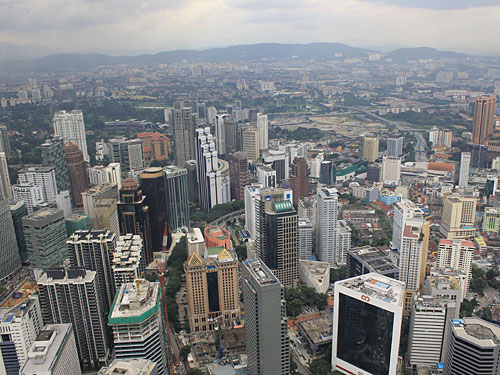Der Blick von eben diesem KL Tower zeigt Kuala Lumpur als Moloch, umgeben von Bergen. Doch der Eindruck täuscht. (Foto: Sören Peters)
