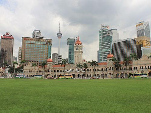 """Der Merdeka Square (Unabhängigkeitesplatz) in KL. Hier wurde 1957 erstmals die malaysische Nationalflagge gehisst. Im Hintergrund zu sehen: Das Sultan Abdul Samad Building, welches das Kultur- und Informationsministerium beheimatet und der Menara-Fernsehturm, umgangssprachlich """"KL Tower"""". (Foto: Sören Peters)"""