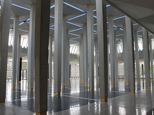 Bei eindruckend ist auch die Säulenhalle vor dem Gebetsraum. By the way: Die Moschee bietet sogar kostenloses Wifi an! (Foto: Sören Peters)