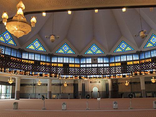 Hier ein Blick in den Gebetsraum. Insgesamt bietet die Masjid Negara 15.000 Gläubigen Platz. (Foto: Sören Peters)