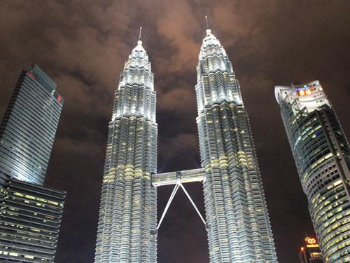 """Wahrzeichen Kuala Lumpurs: Die Petronas Twin Towers. Weitere Eindrücke aus der malaysischen Hauptstadt in der <a title=""""KUALA LUMPUR"""" href=""""http://goo.gl/QI6RU5"""" target=""""_blank"""">Bildergalerie</a>. (Foto: Sören Peters)"""